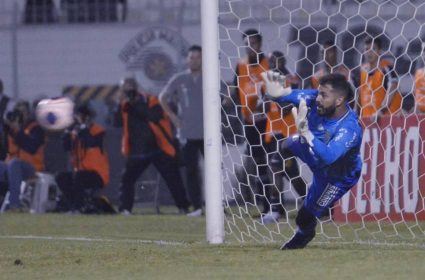 Goleiro Paracatuense Igor Vinhas é o destaque na vitória da Ponte Preta sobre o Corinthians.
