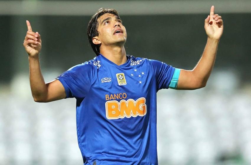"""Cruzeiro: Adilson vê evolução dos """"meninos"""", elogia poder de reação e espera por Marcelo Moreno."""