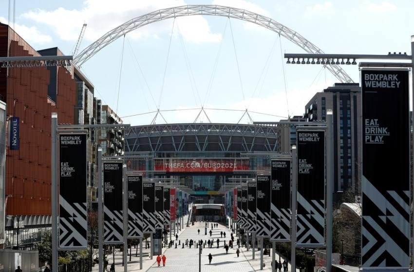 Futebol inglês amplia paralisação até o dia 30 de abril, um mês além do previsto inicialmente.