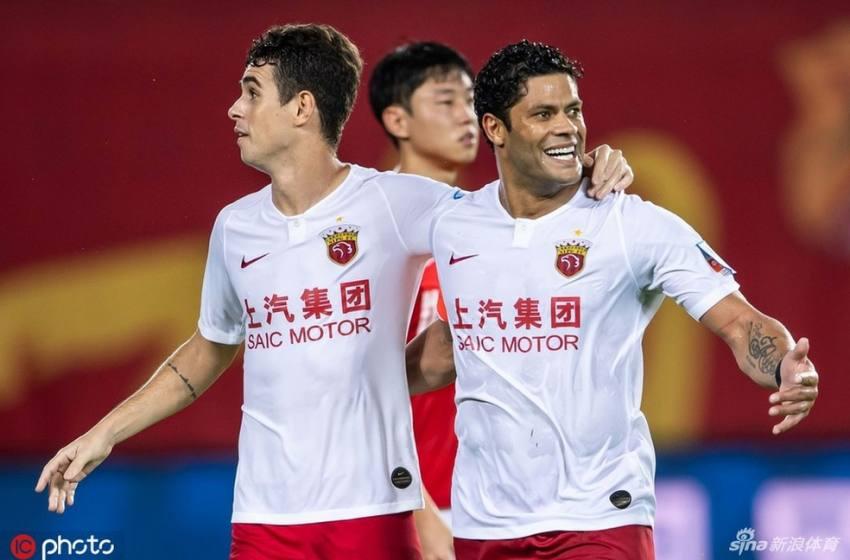 Hulk e Oscar retornam à China 10 minutos antes do fechamento da fronteira; outros atletas ficam no Brasil.
