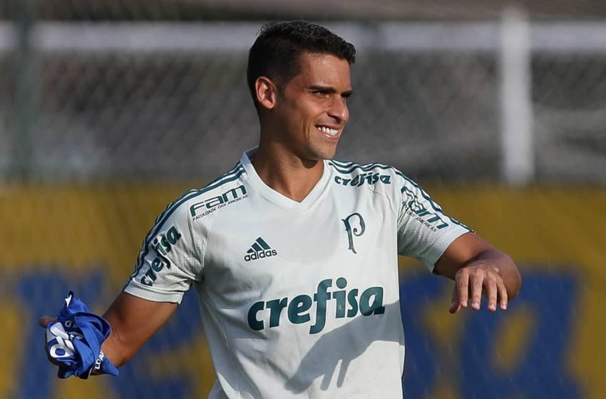"""Jean chega ao Cruzeiro para assinar contrato; clube busca """"combo"""" com Ramón e Marllon."""