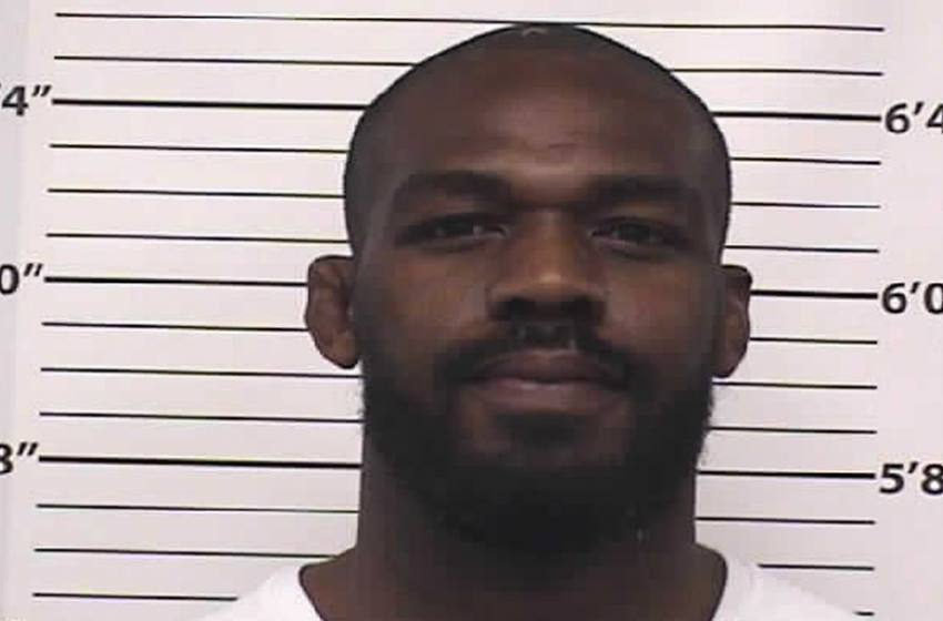 Campeão do UFC, Jon Jones é preso por dirigir bêbado e uso negligente de arma de fogo.