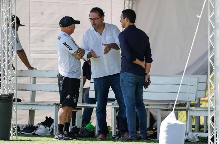 """Alexandre Mattos comenta rotina do Atlético-MG em quarentena: """"Acordei com o Sampaoli ligando""""."""