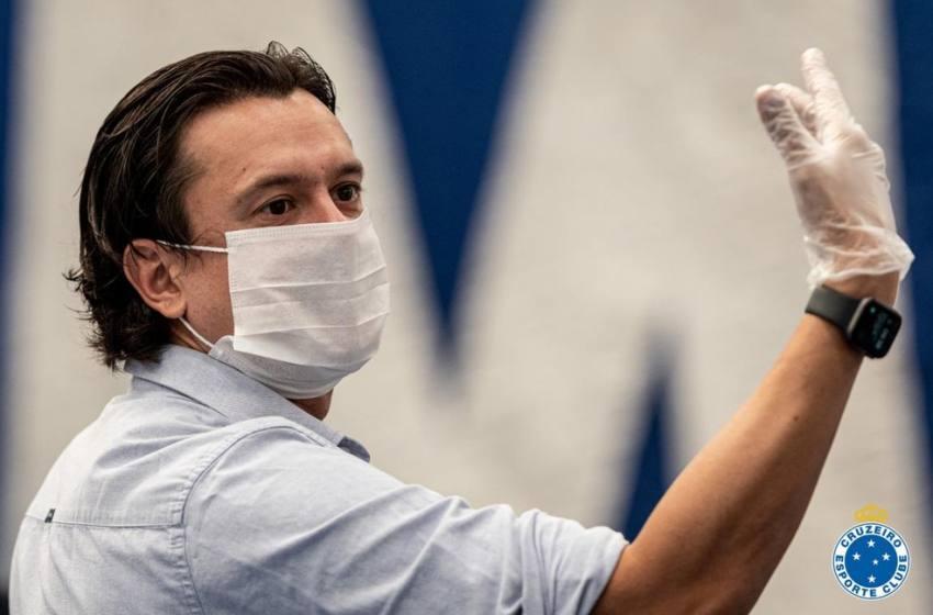 """Presidente do Cruzeiro diz que solução para """"desarmar bomba"""" na Fifa está """"caminhando bem""""."""
