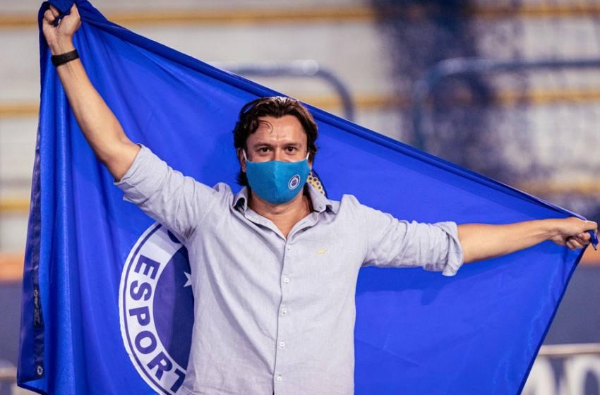 Com aglomeração e confusões na porta da votação, Sérgio Rodrigues é eleito presidente do Cruzeiro.