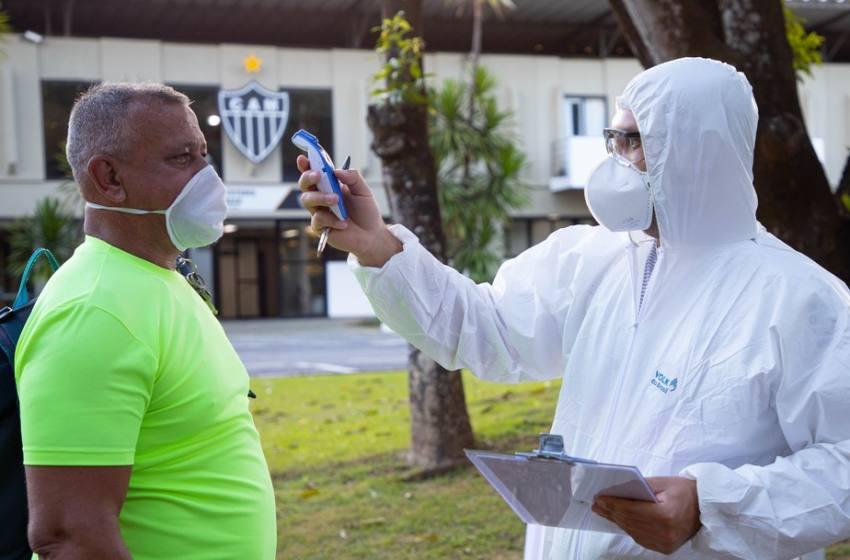 Casos suspeitos de Covid-19 no Atlético-MG não são de atletas; médico detalha volta aos treinos.