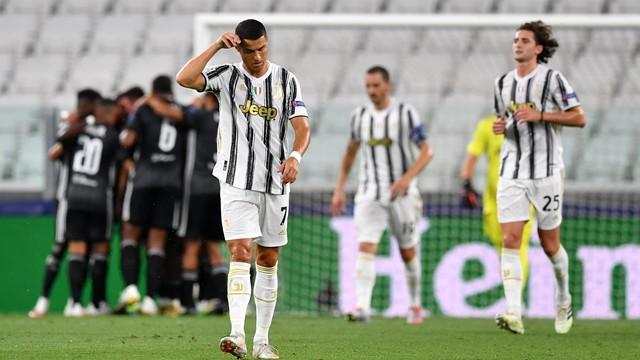 Cristiano Ronaldo faz dois, Juve vira sobre o Lyon, mas cai nas oitavas da Champions.