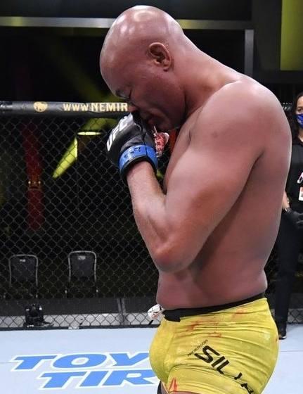 Anderson Silva luta bem, mas não consegue resistir a Uriah Hall e é nocauteado no seu adeus ao UFC.