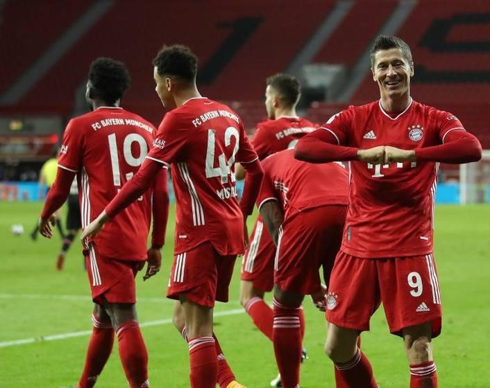 Lewandowski marca duas vezes e Bayern vira o líder do Alemão.