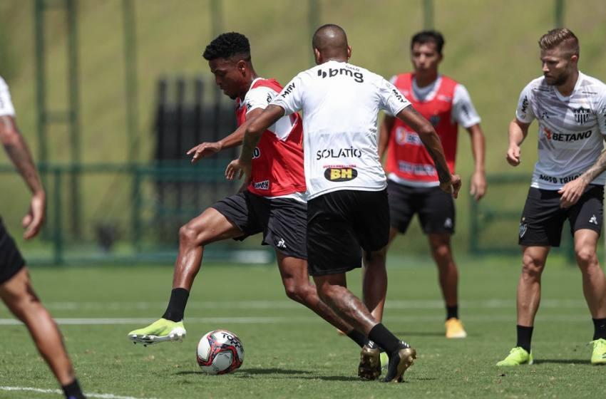 """Grupo """"titular"""" do Atlético-MG treina com bola; Savarino corre no gramado e Tardelli faz fisioterapia."""