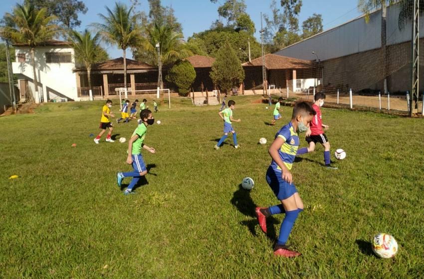 Projeto Atleta Cidadão volta as aulas no Campo Society do Rotary Club.
