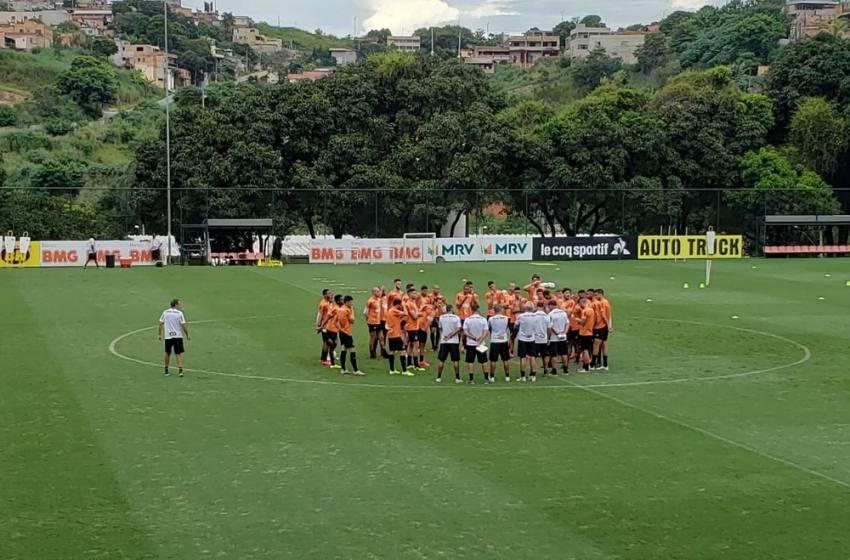 Atlético-MG encerra preparação para o clássico com treino fechado e Fábio Santos no gramado.