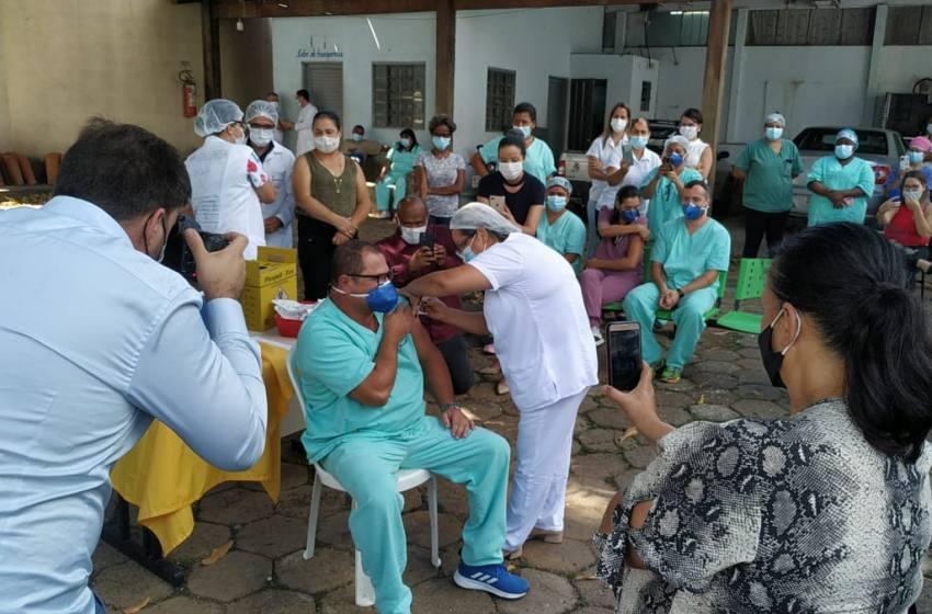Profissionais da Saúde recebem a primeira dose da Vacina Contra Covid 19 em Paracatu.