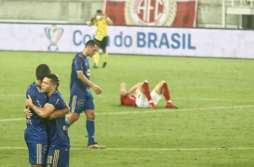 Análise: ainda sem brilhar, Cruzeiro avança em acerto de padrão de jogo com sequência de vitórias.