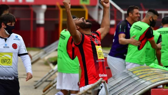 Pouso Alegre vence Cruzeiro e se mantém na briga por vaga na semifinal.