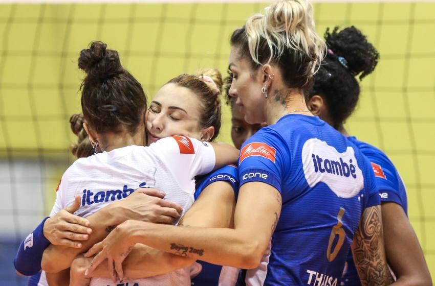 Minas sai atrás, mas vence o Praia Clube e força o terceiro e último jogo da final da Superliga.