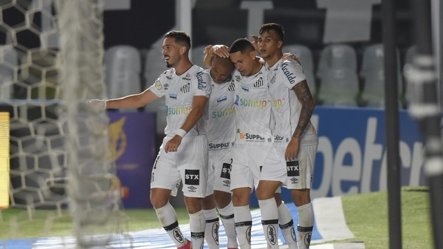 Santos vence Atlético-MG, ultrapassa rival e sobe na tabela do Brasileirão.