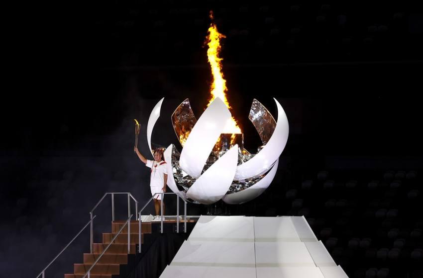 Naomi Osaka faz história ao acender pira olímpica em Tóquio.