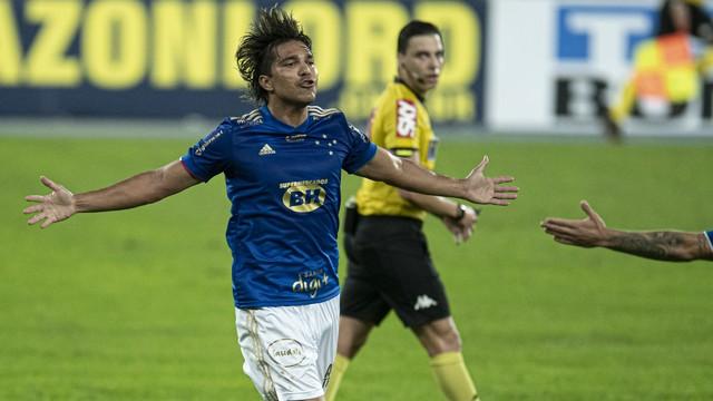 Chay e Moreno comandam show, e Botafogo e Cruzeiro empatam em jogo de seis gols.
