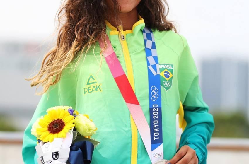 Rayssa Leal, a Fadinha, faz história e é prata no skate street nas Olimpíadas.
