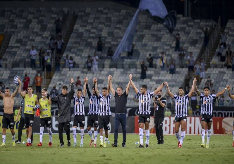 """Em jogo de 'acerto de contas' após eliminação, Cuca exalta vitória do Atlético-MG: """"Tira peso enorme""""."""
